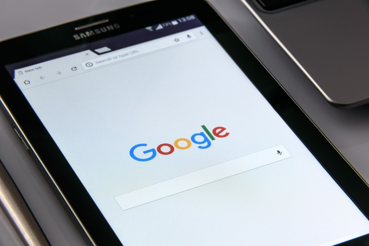 Tablet zeigt die Startseite von Google