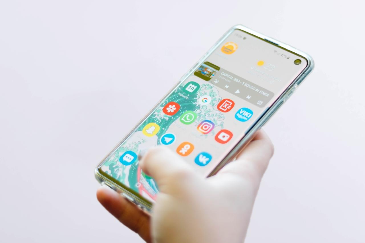Person hält Handy in der Hand