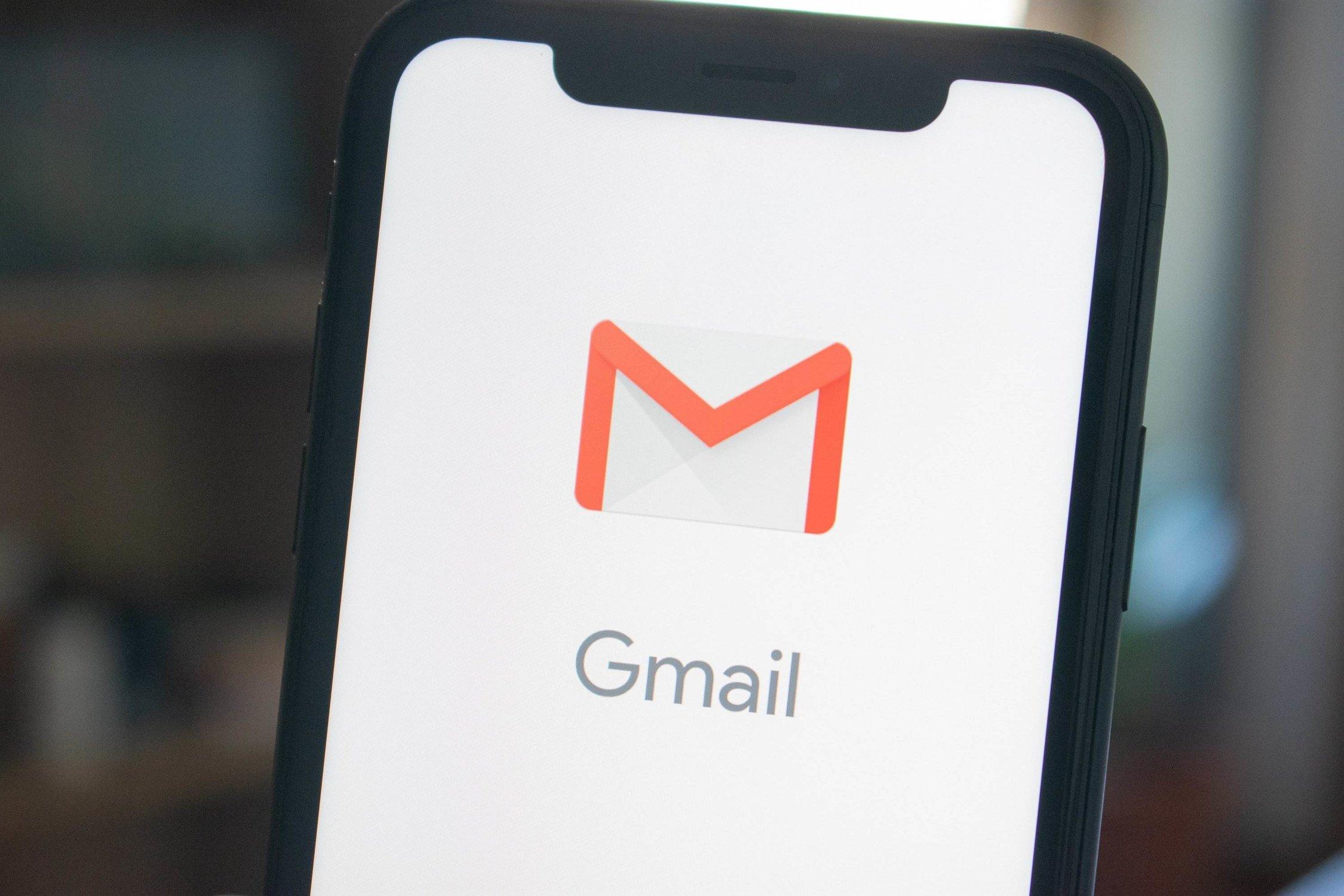 Gmail App ist auf dem Handy geöffnet und stellt das Newsletter Marketing eines Hotels dar.