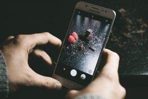 Foto von Speisen wird mit dem Handy aufgenommen fürs Restaurant Marketing