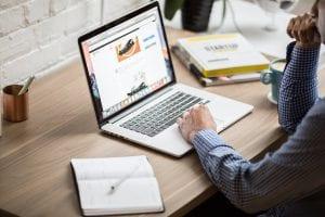 Person schreib Blogartikel für die Content Marketing Strategie